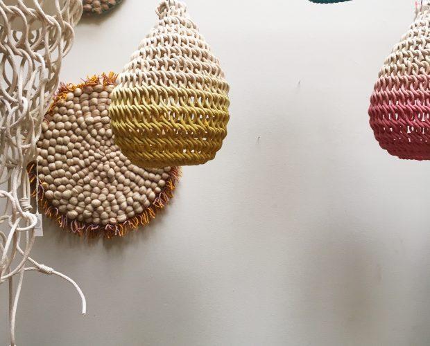 Agencement de lampes Cocoons et tapis en laine mérinos faits main